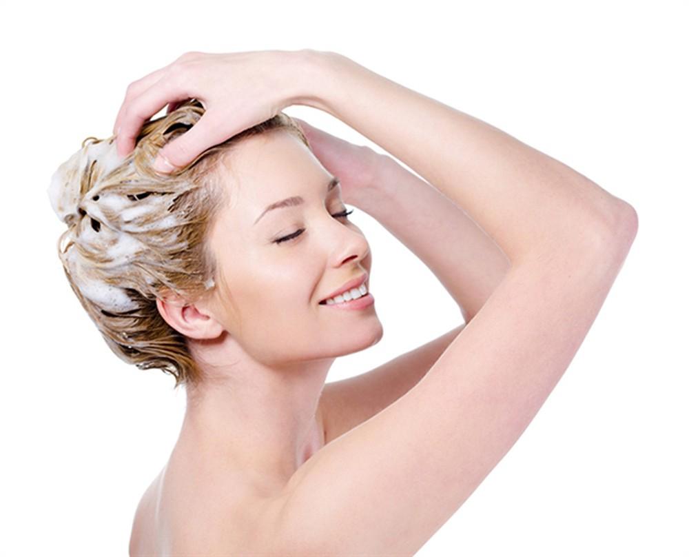 Thoa kem ủ tóc nhẹ nhàng đều từ chân đến ngọn tóc