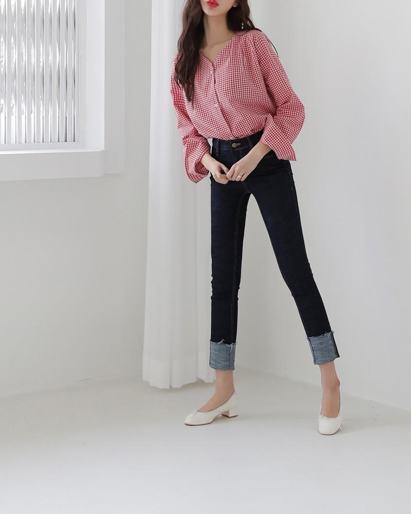 Quần jean tối màu là một sự lựa chọn đơn giản nhưng cực kỳ hiệu quả