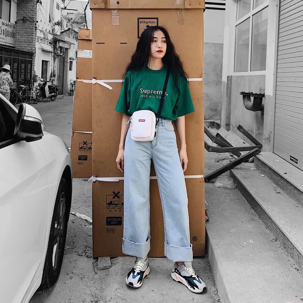 Quần jean ống rộng phối với áo phông