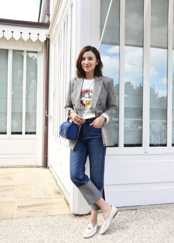 Quần jeans ống rộng phối với áo blazer